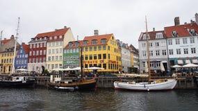 哥本哈根,丹麦- 2017年5月31日:Nyhavn 17世纪港口在有典型的五颜六色的房子和水运河的哥本哈根 免版税库存照片
