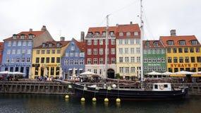 哥本哈根,丹麦- 2017年5月31日:Nyhavn 17世纪港口在有典型的五颜六色的房子和水运河的哥本哈根 图库摄影