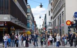 哥本哈根,丹麦- 2014年8月25日-人们步行沿着向下人群Stroget街道在哥本哈根,丹麦 免版税库存照片