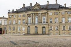 哥本哈根,丹麦- 9月8 :与雕象的城堡Amalienborg 免版税库存照片
