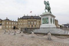 哥本哈根,丹麦- 9月8 :与雕象的城堡Amalienborg 库存图片