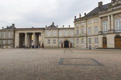哥本哈根,丹麦- 9月8 :与雕象的城堡Amalienborg 图库摄影