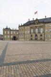 哥本哈根,丹麦- 9月8 :与雕象的城堡Amalienborg 免版税库存图片