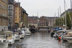 哥本哈根,丹麦- 9月8 :有小船的哥本哈根运河 图库摄影