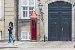 哥本哈根,丹麦- 9月8 :皇家卫兵在Amalienborg Cas 免版税图库摄影