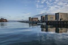 哥本哈根,丹麦-蓝天和一些大厦的海和反射 免版税库存图片