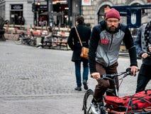 哥本哈根- 2016年10月17日:一个未认出的丹麦人在哥本哈根的中心的骑货物自行车 免版税库存照片