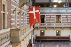 哥本哈根- 2016年10月17日:哥本哈根香港大会堂的内部有国旗的 图库摄影