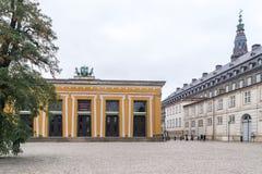 哥本哈根- 2016年10月23日:对Thorvaldsen博物馆和Christiansborg宫殿地区的一个看法 库存照片