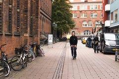 哥本哈根- 2016年10月17日:有他的三轮车的一个人在Norregade街道上 库存照片