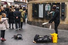 哥本哈根- 2016年10月17日:街道变戏法者采取步行者和游人的有些行动 免版税库存图片