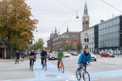哥本哈根- 2016年10月23日:通过一条街道的Cyclers在哥本哈根 免版税库存图片
