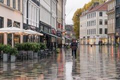 哥本哈根- 2016年10月22日:通过Amargertorv广场的妇女在小雨期间 图库摄影
