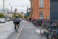 哥本哈根- 2016年10月23日:附近骑自行车的妇女Tivoli地区 库存图片