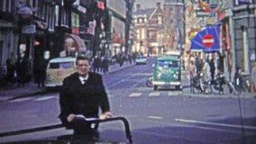 哥本哈根- 1966年:城市的一个繁忙的部分的mod 20世纪60年代街道 股票视频