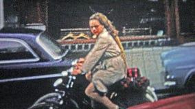 哥本哈根- 1966年:骑自行车的妇女在城市附近避免汽车通行 股票录像