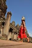 """吴哥汤姆,柬埔寨†""""2014年11月12日:传统服装的柬埔寨舞蹈家在吴哥汤姆去场面 库存图片"""