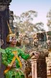"""吴哥汤姆,柬埔寨†""""2014年11月12日:执行在传统柬埔寨服装的高棉古典女性舞蹈家 库存图片"""