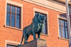 哥特人,瑞典- 2017年4月14日:在Universi的狮子雕象 免版税库存图片