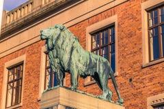 哥特人,瑞典- 2017年4月14日:在Universi的狮子雕象 库存图片