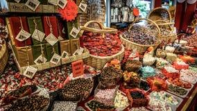 哥特人,瑞典- 2016年6月13日:有各种各样的好吃的东西的糖果商店在市中心 免版税库存图片
