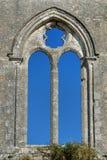 哥特式修道院教会窗口空的废墟框架 库存图片