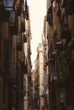 哥特式四分之一狭窄的街道在巴塞罗那,西班牙 免版税库存图片
