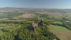 哥特式城堡Trosky废墟在国立公园捷克天堂 对中世纪纪念碑的鸟瞰图在捷克 股票视频