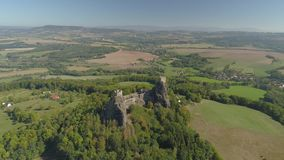 哥特式城堡Trosky废墟在国立公园捷克天堂 对中世纪纪念碑的鸟瞰图在捷克 影视素材