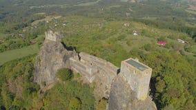 哥特式城堡Trosky废墟在国立公园捷克天堂 对中世纪纪念碑的鸟瞰图在捷克 股票录像