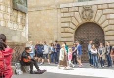 哥特式处所的传统西班牙吉他演奏员Barce 免版税库存照片