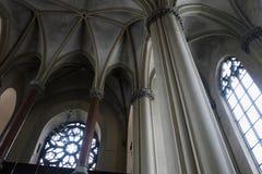 哥特式大教堂内部有专栏的 免版税库存照片