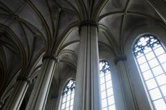 哥特式大教堂内部有专栏的 免版税图库摄影