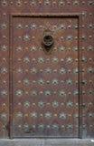 哥特式大教堂的门 免版税库存照片