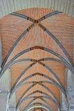 哥特式天花板在教会里 免版税库存图片