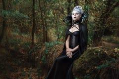 哥特式女孩在森林里 免版税图库摄影