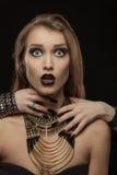 哥特式妇女用吸血鬼的手她的脖子的 库存图片
