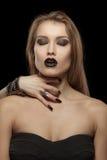 哥特式妇女用吸血鬼的手她的脖子的 免版税库存照片
