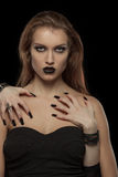 哥特式妇女用吸血鬼的手她的身体的 免版税库存图片
