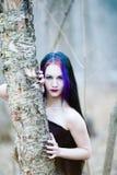 哥特式妇女的特写镜头画象在黑暗的森林里 免版税图库摄影