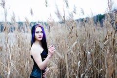 哥特式妇女的画象一棵高草的 免版税图库摄影