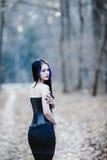 哥特式妇女的画象在黑暗的森林里 免版税库存照片