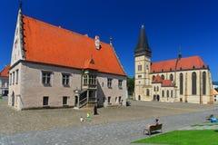 哥特式市政厅和一个教会在Bardejov 免版税库存照片