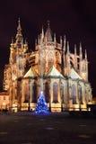 哥特式布拉格城堡的St Vitus的大教堂与圣诞树,捷克的夜 免版税库存图片