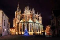 哥特式布拉格城堡的St Vitus的大教堂与圣诞树,捷克的夜 库存图片