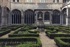 哥特式庭院巨大的大教堂 免版税库存图片