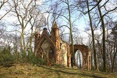 哥特式房子废墟在阿卡迪亚公园 Lowicz县 波兰 免版税库存照片