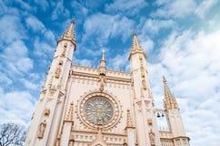 哥特式教会在有美丽如画的蓝天的秋天公园 库存图片