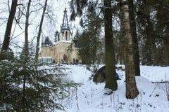 哥特式教会在雪森林里 库存图片