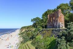 哥特式教会废墟从位于Trzesacz的14/15世纪在波罗的海附近 免版税库存图片